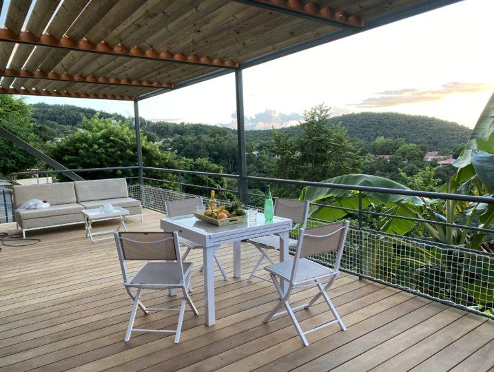 Farniente et convivialité sur le deck de la villa u Coq Noir à Bouillante